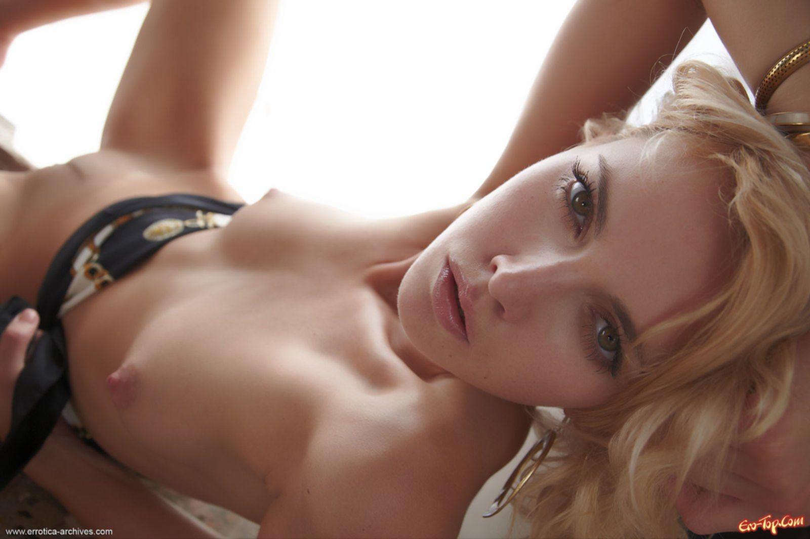 Голая блондинка с раздвинутыми ногами - фото эротика.