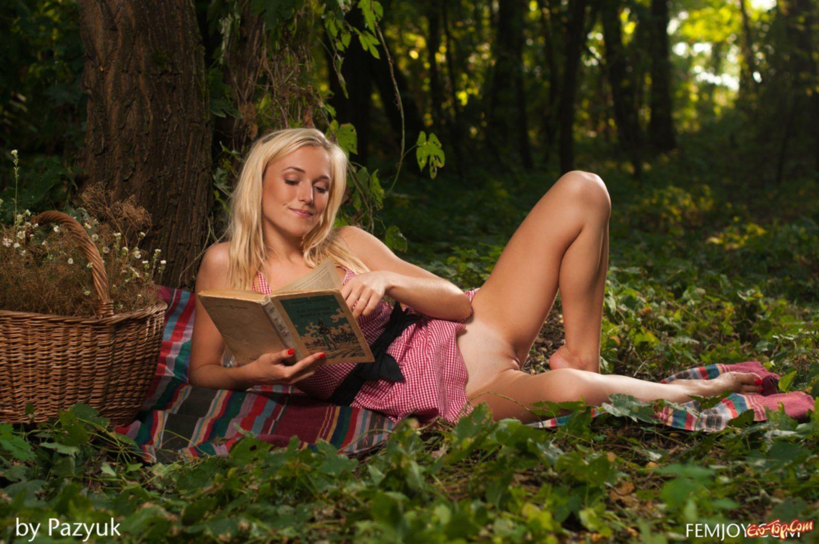 Фото голой блондинки в лесу. Красивая фото эротика.