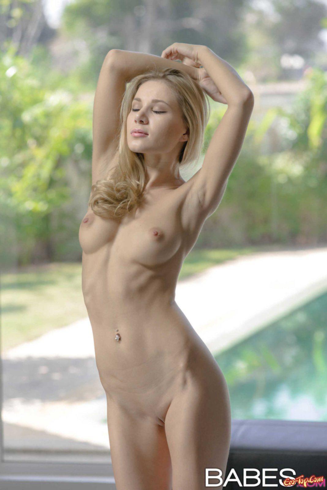 Стройная голая блондинка с красивым телом. Фото Darina Litvinova.