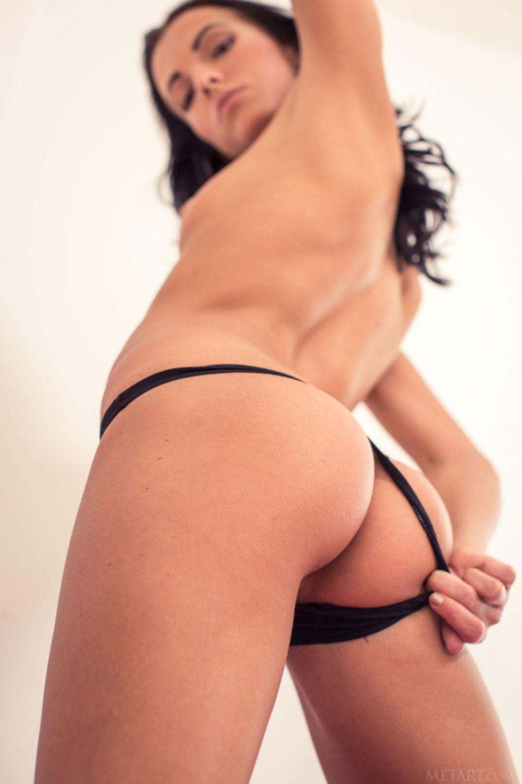 Стройная девица в стрингах оголила битую письку - фото