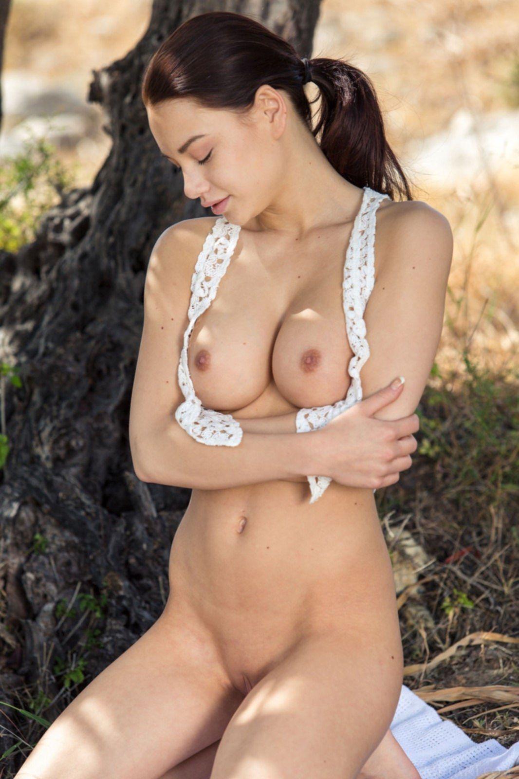 Красивая азиатка с упругими дойками на природе - фото