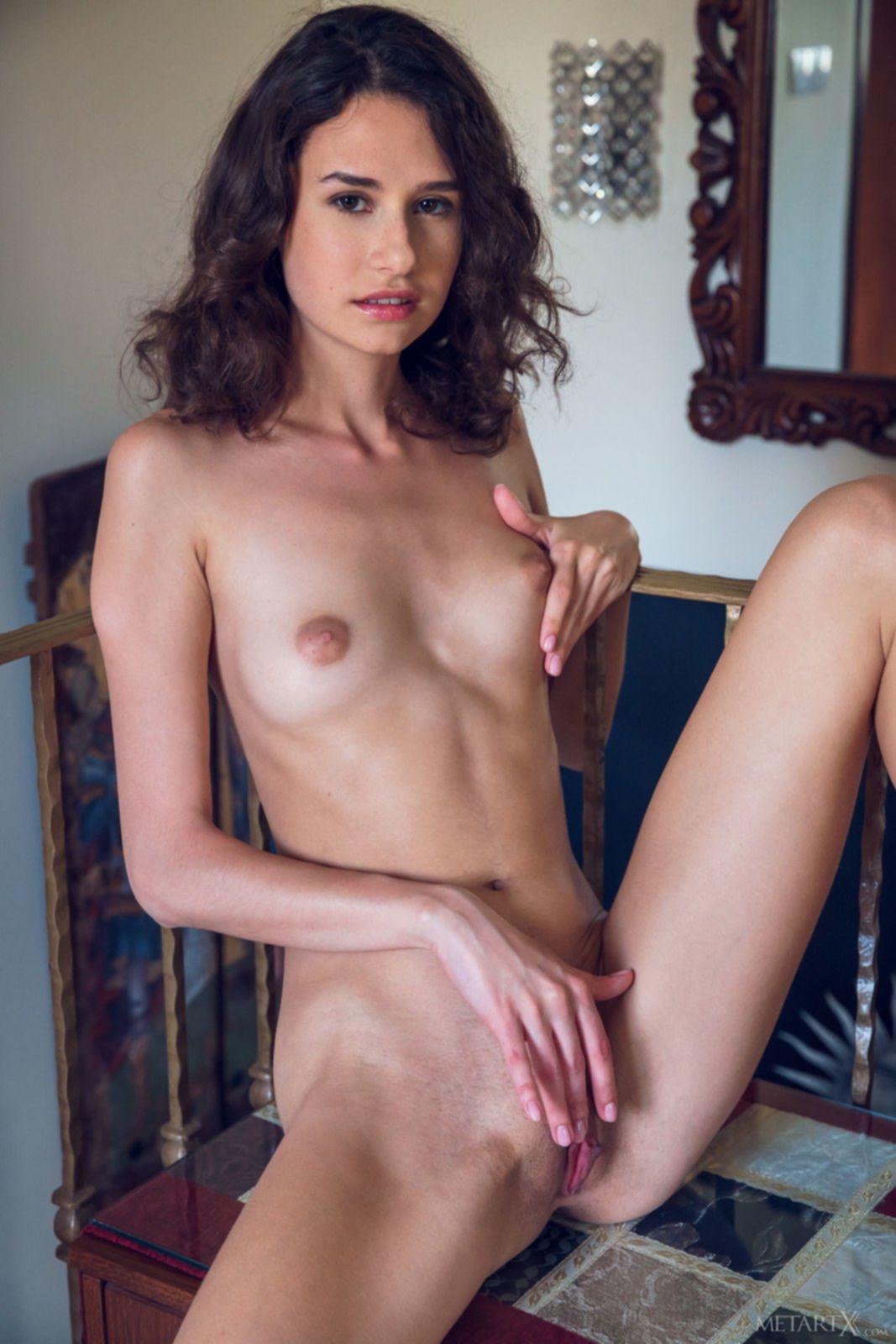 Тощая брюнетка разделась до гола - фото