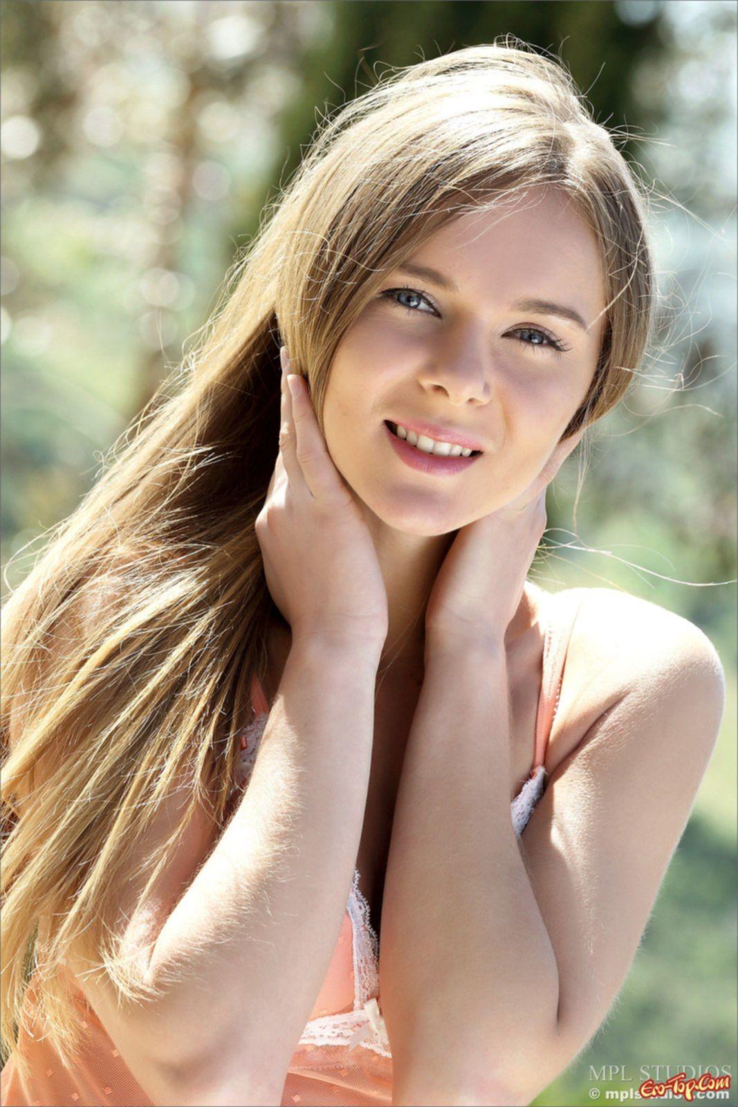 Молодая девушка с красивой киской. Фото эротика Dana P.