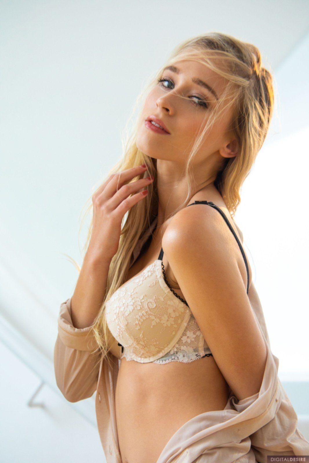 Сексуальная блондинка сняла трусики и лифчик - фото