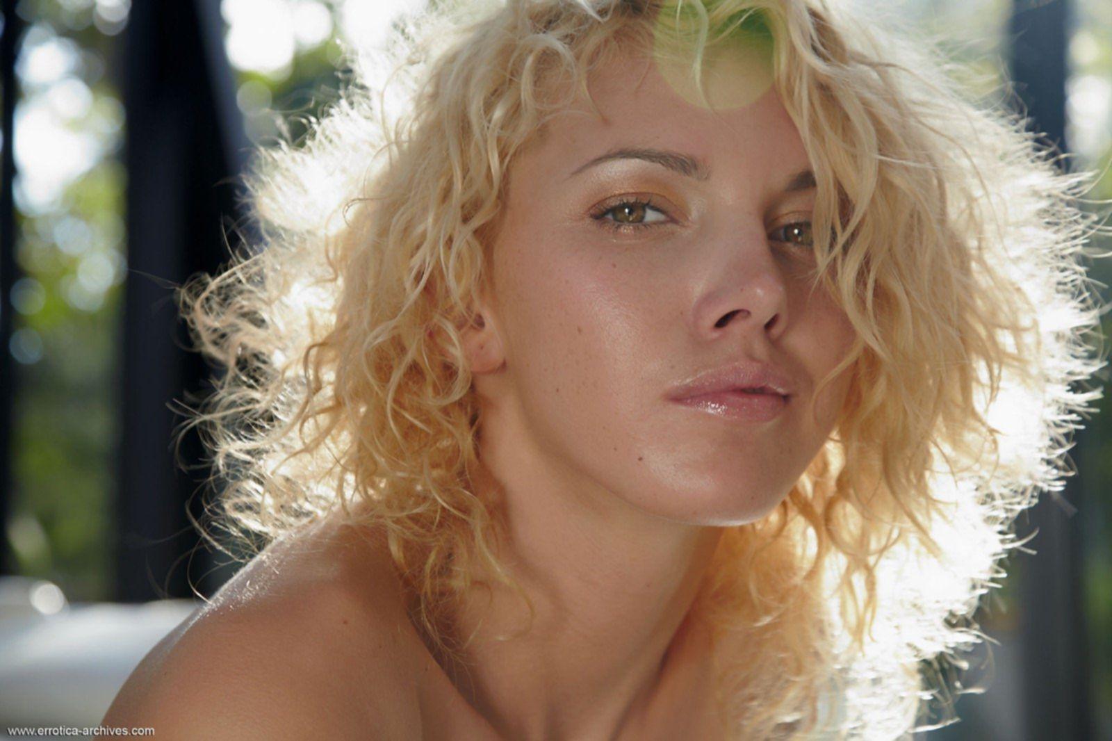Кудрявая блондинка в платье без трусов - фото