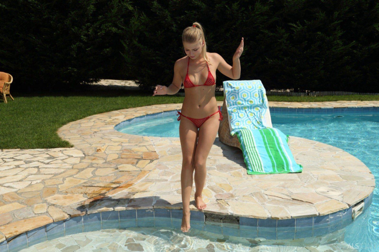 Снимая купальник милашка позирует у бассейна - фото