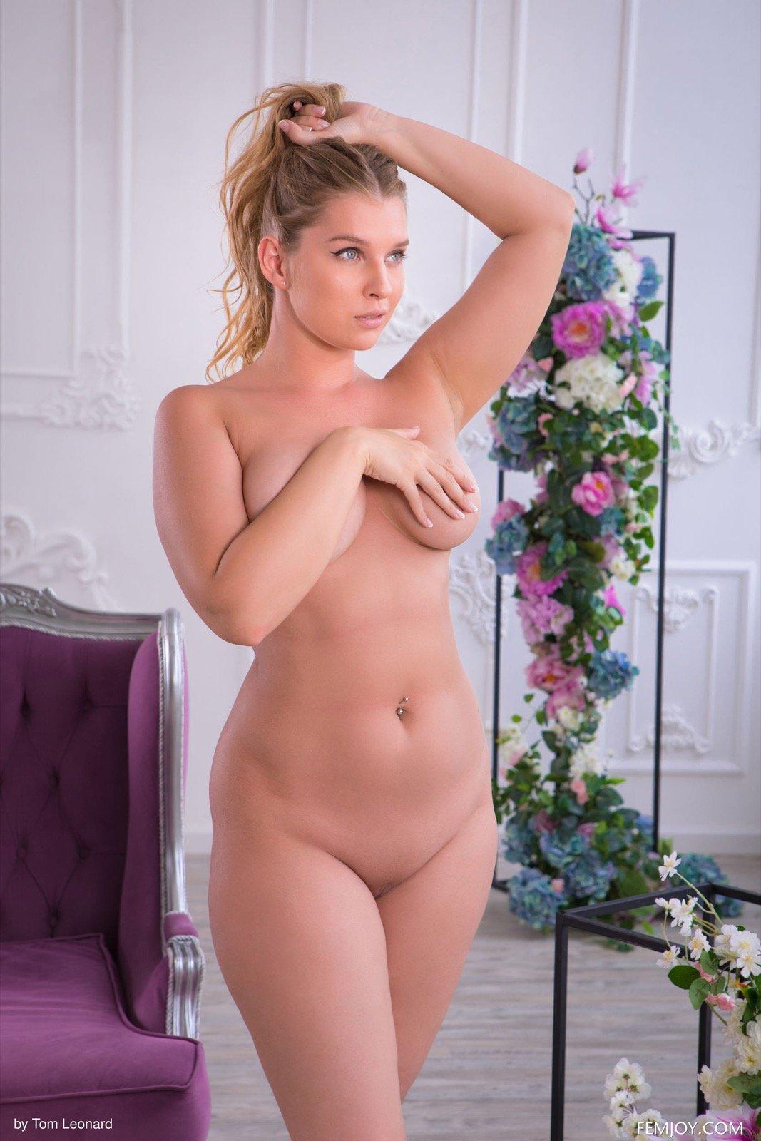 Девушка с пышными формами голышом - фото