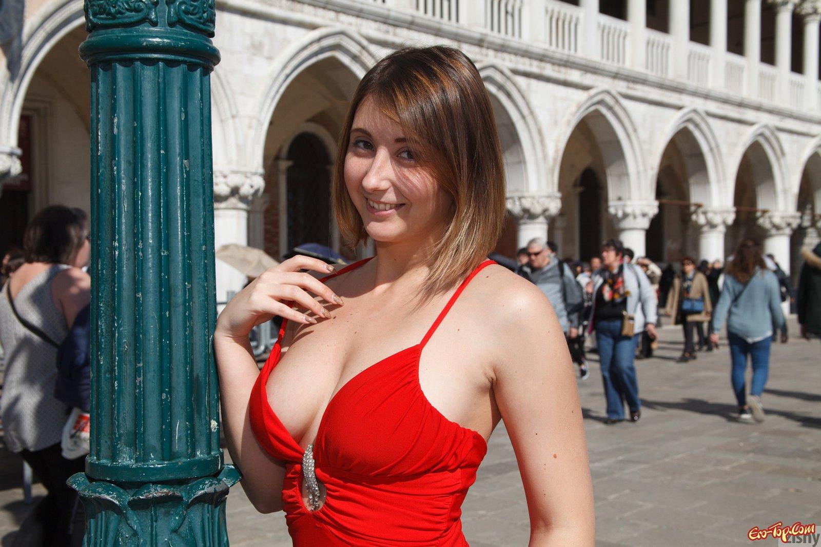 Аппетитная девушка показала пышную грудь - фото