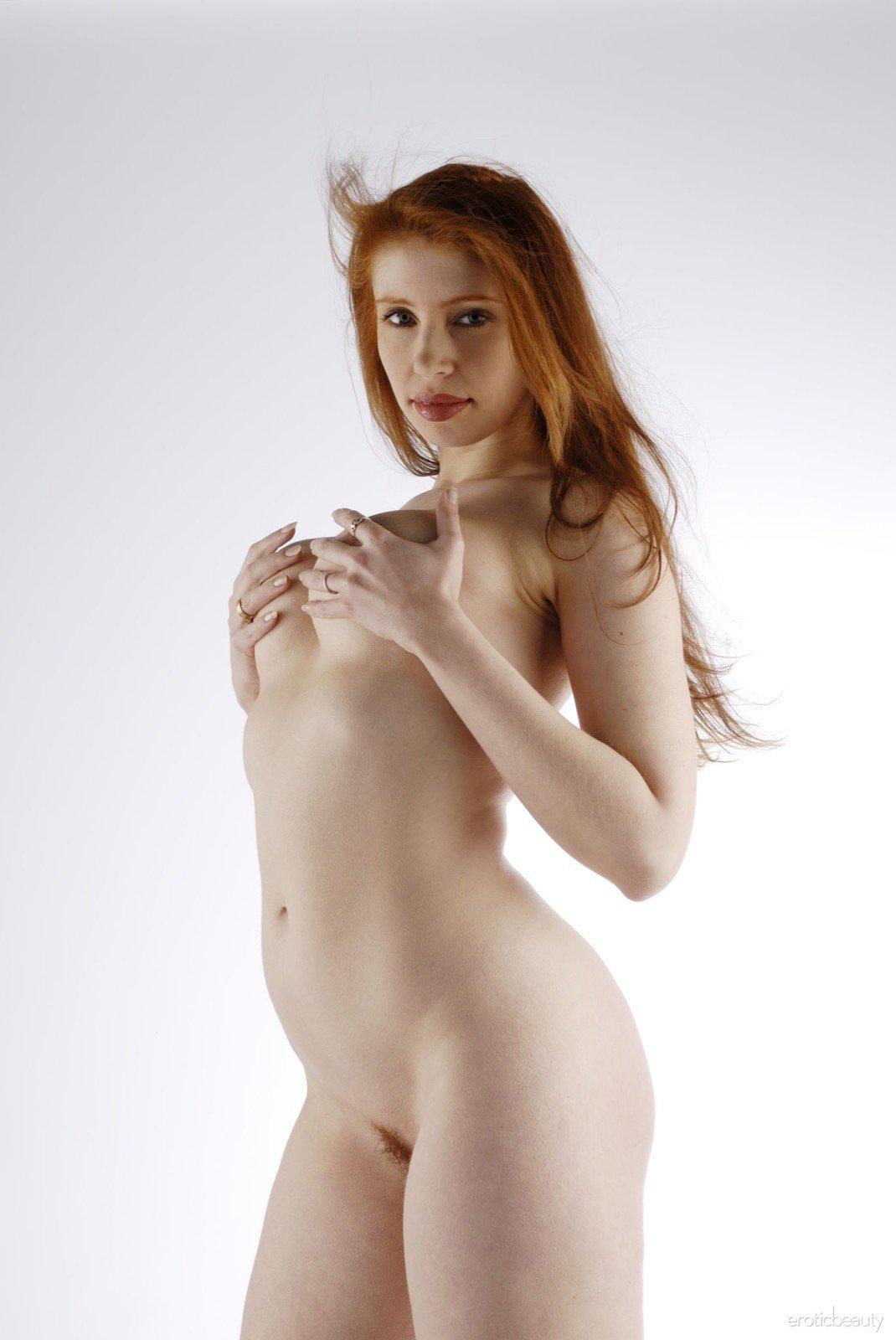 Рыжая пышка с большой попой и волосатой писькой - фото