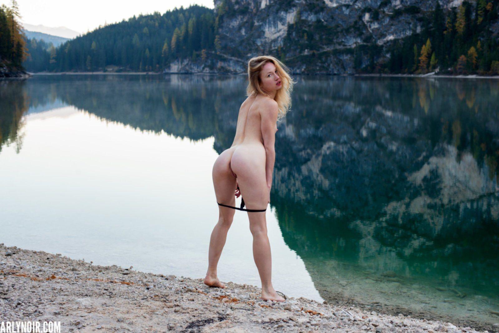 Голая блондинка на фоне красивого пейзажа - фото