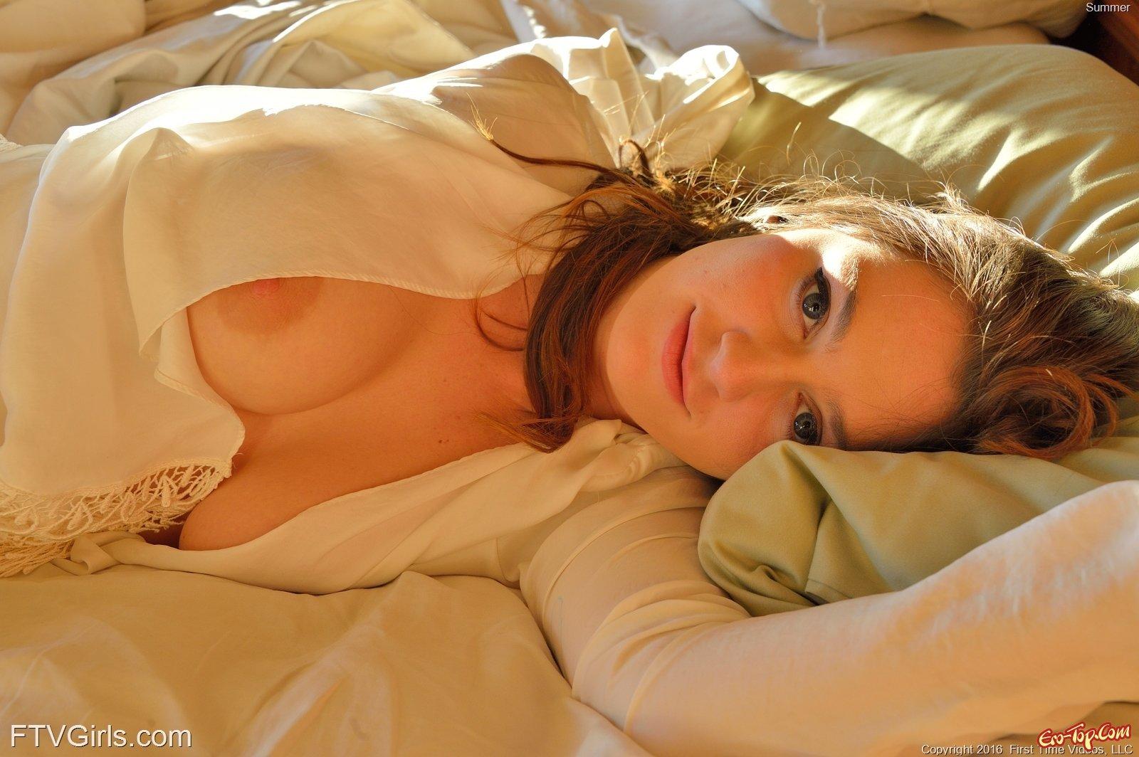Голые пышные формы сексуальной девушки. Фото эротика.