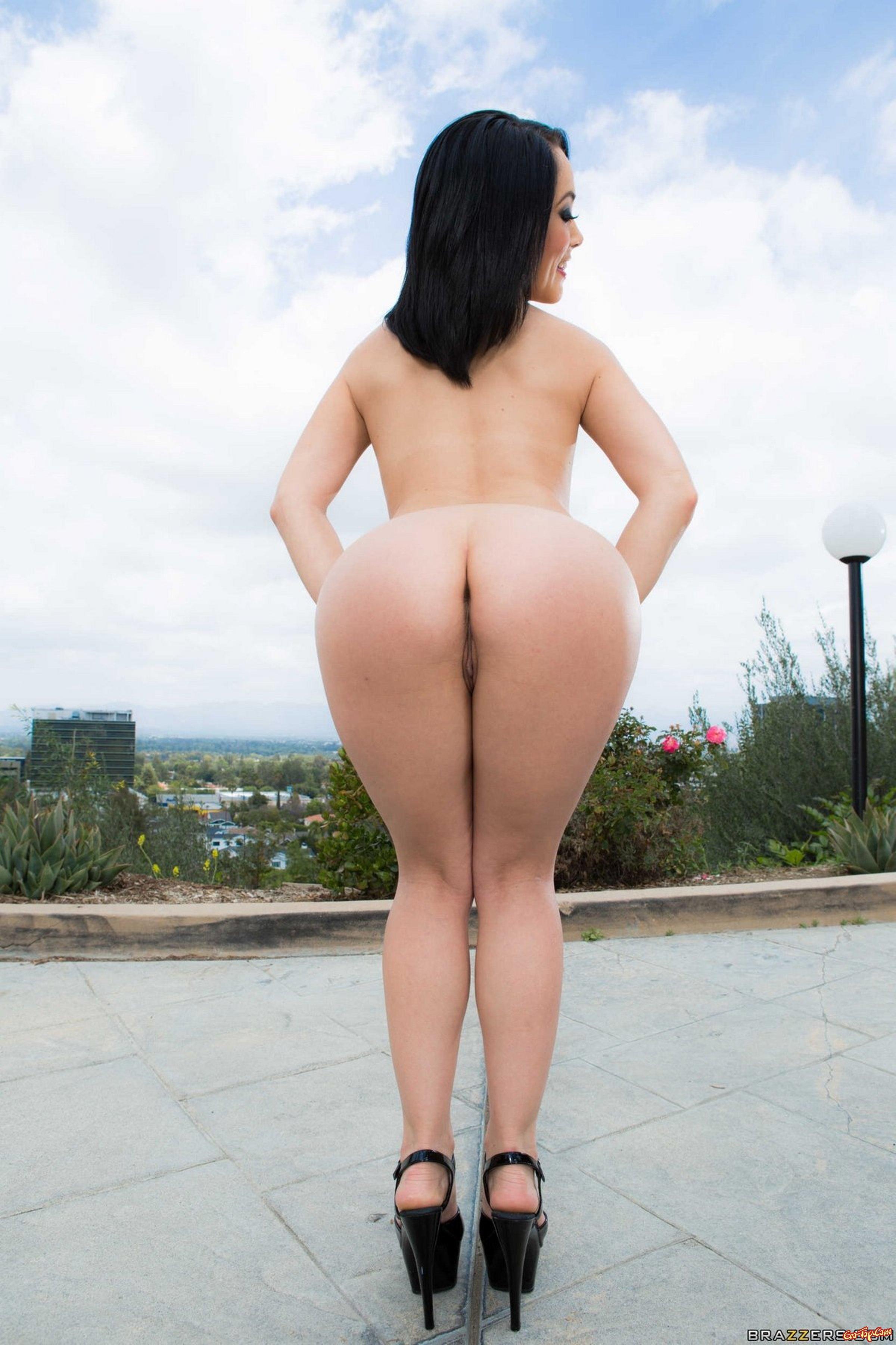 Женщина с большим задом в масле встала  - фото эротика.