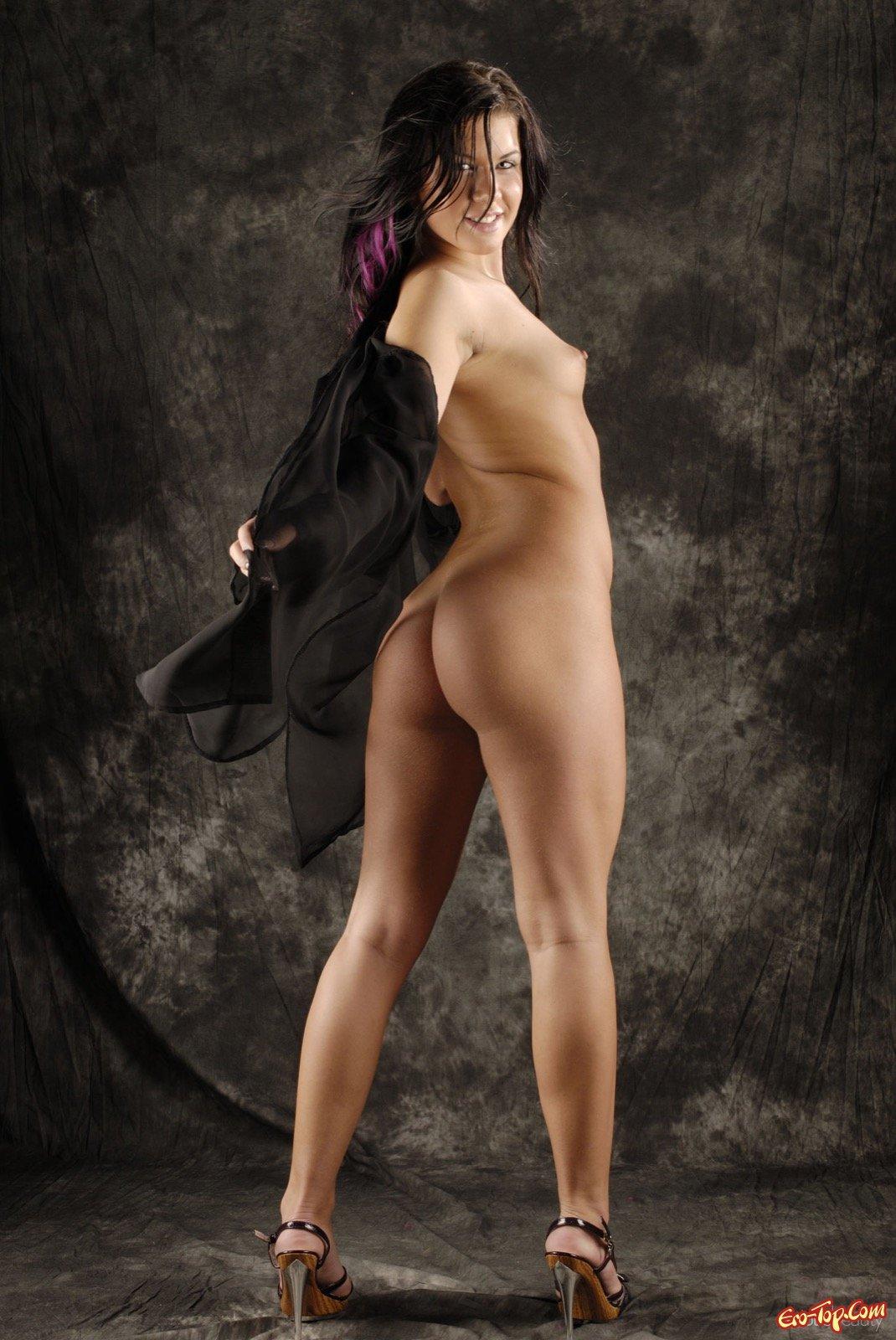 Пышная дамочка оголила маленькую грудь - фото