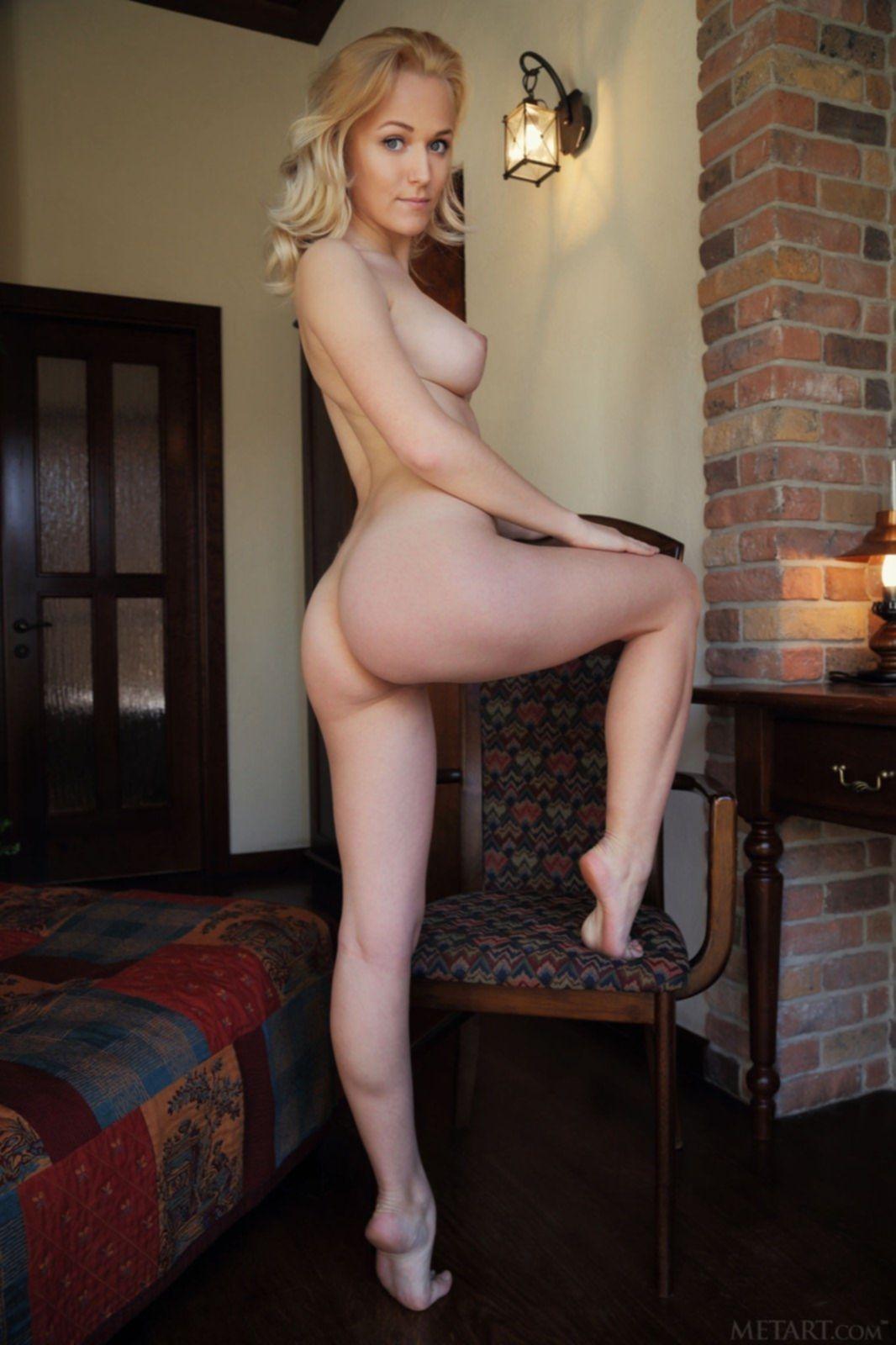 Блондинка с красивыми формами позирует голая - фото