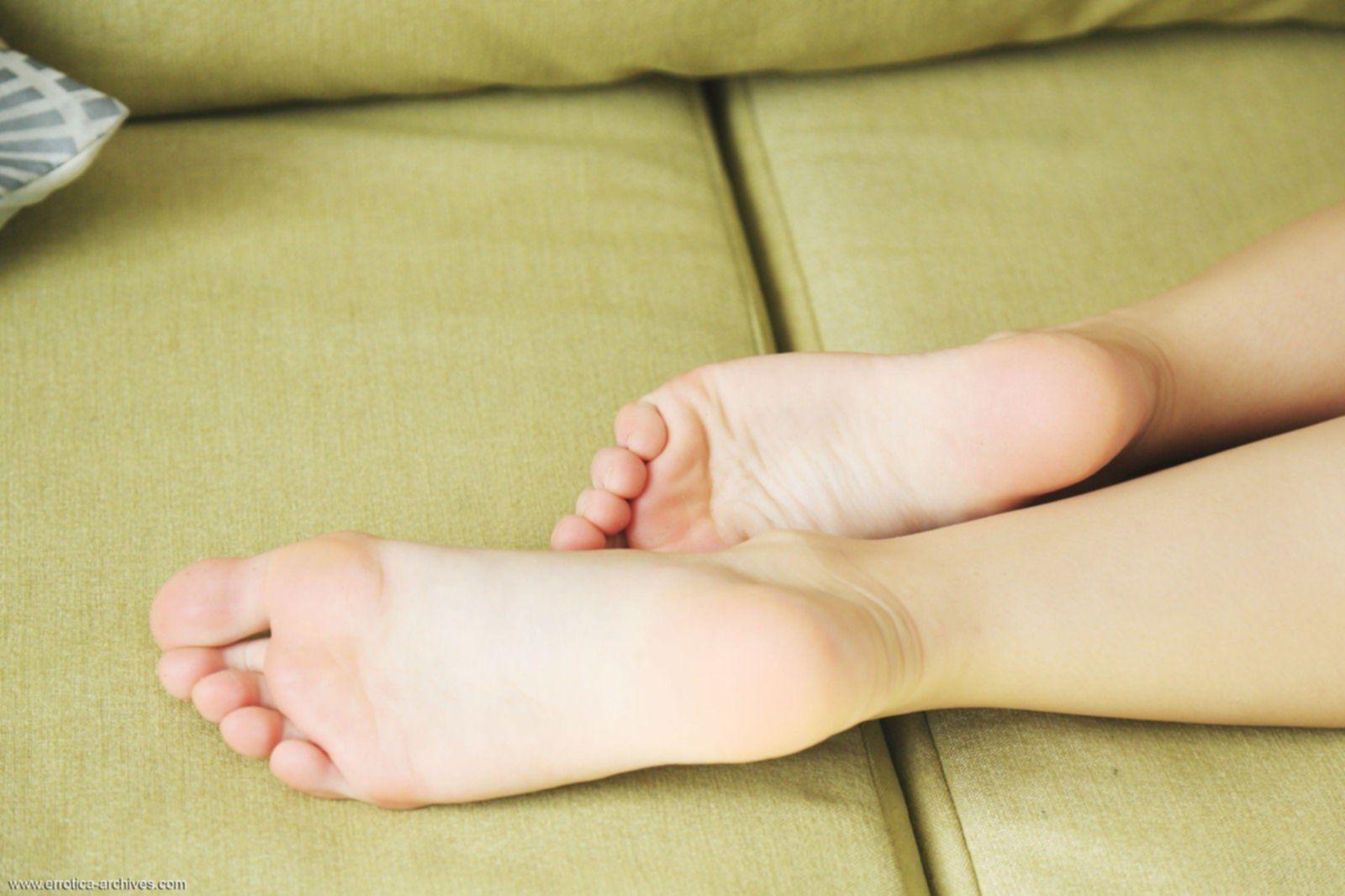 Сексуальная девушка с крупными упругими сиськами - фото