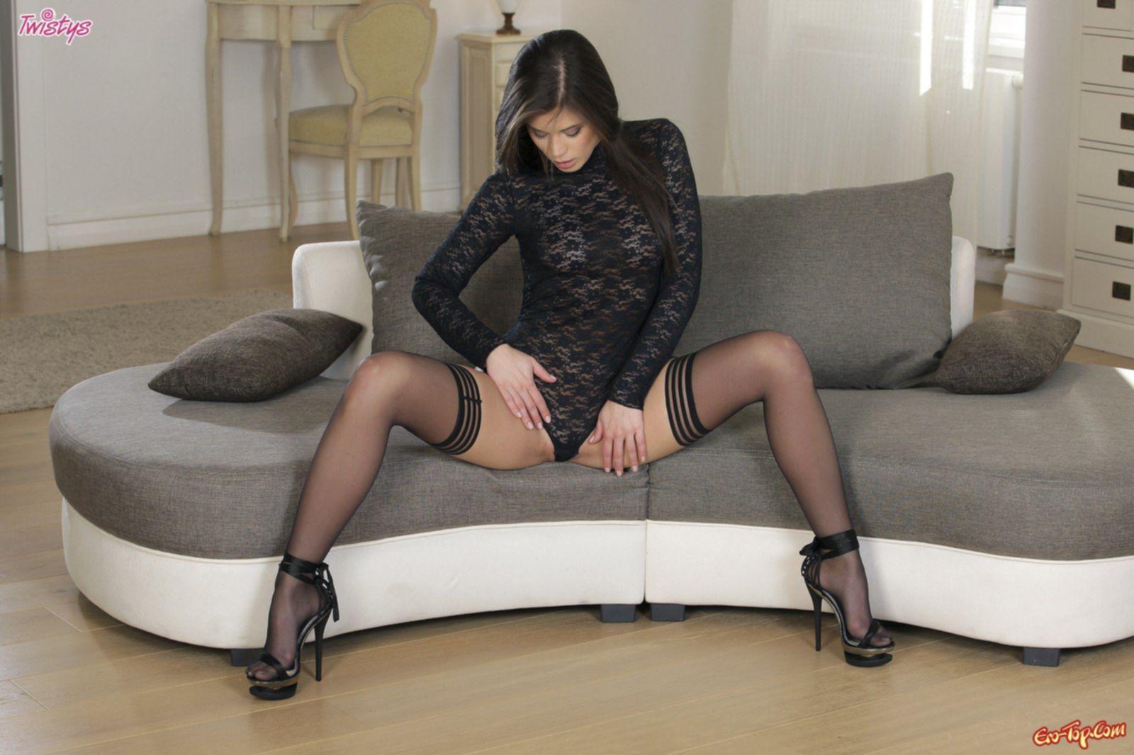 Сексуальная голая девушка в чёрных чулках - фото эротика.
