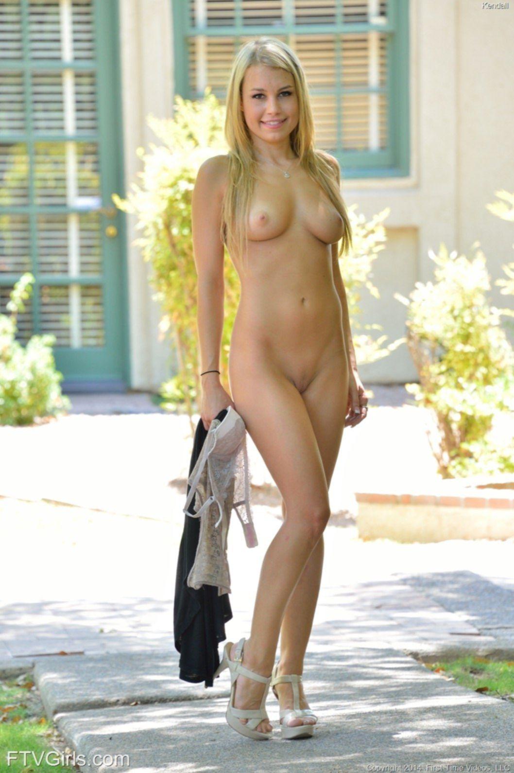 Сочная блондинка с упругой попкой на улице - фото