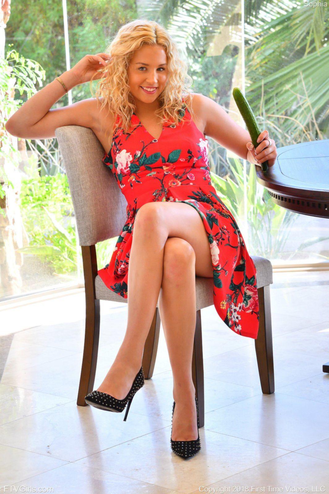 Блондинка в платье засунула огурец в киску - фото