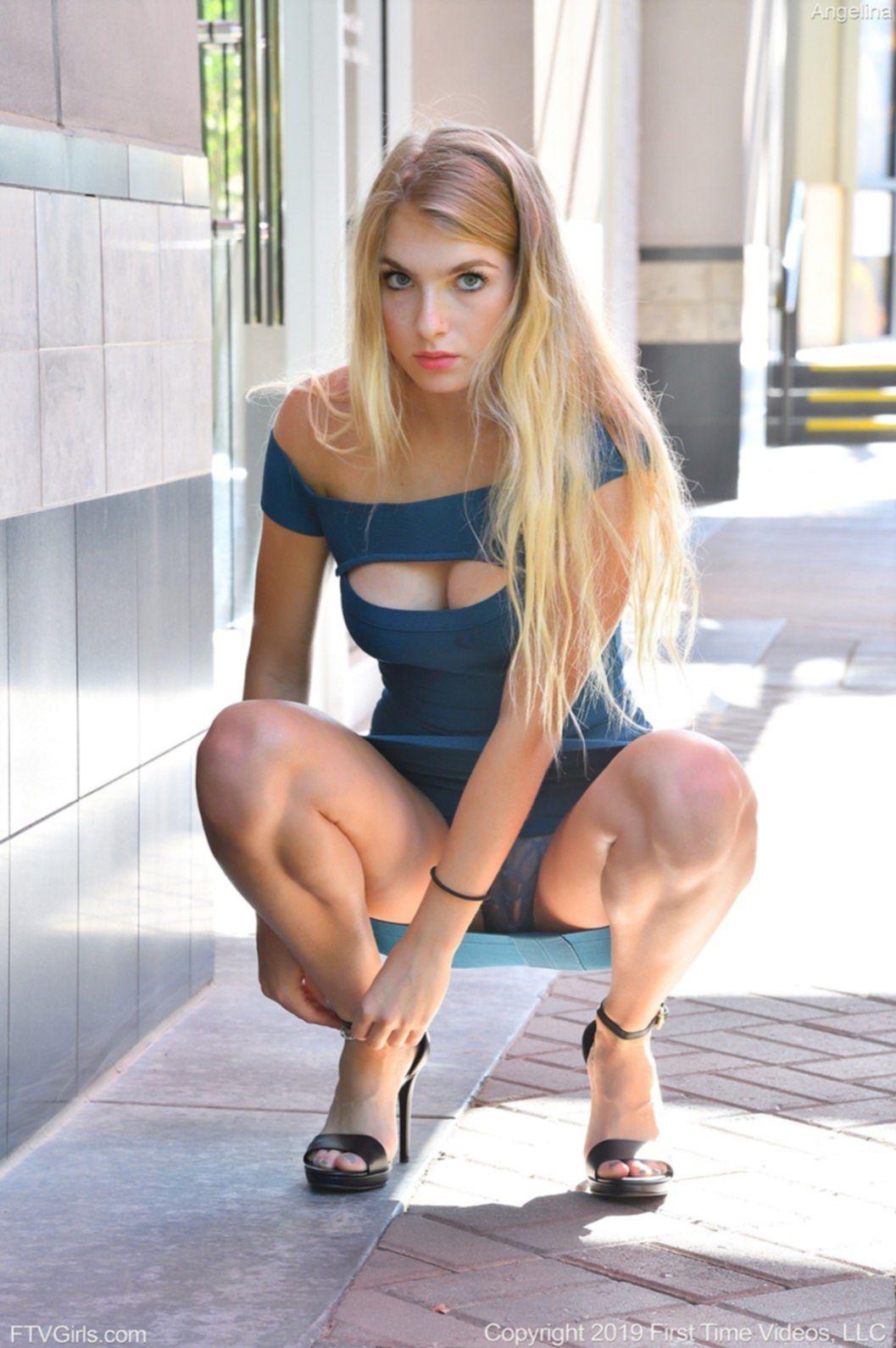 Голая девушка в босоножках на высоких шпильках - фото