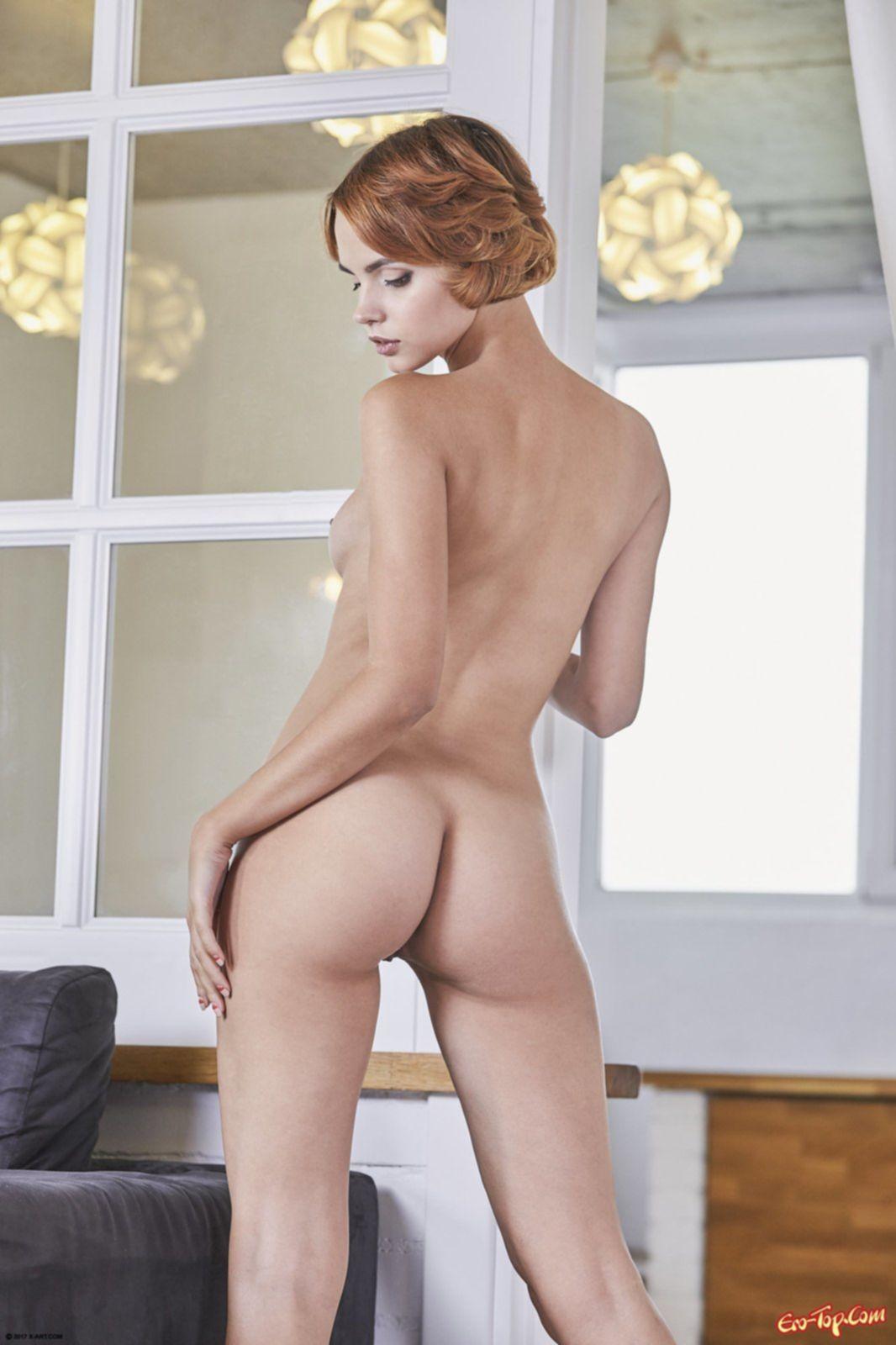 Милая рыжая девушка показывает сексуальное тело - фото