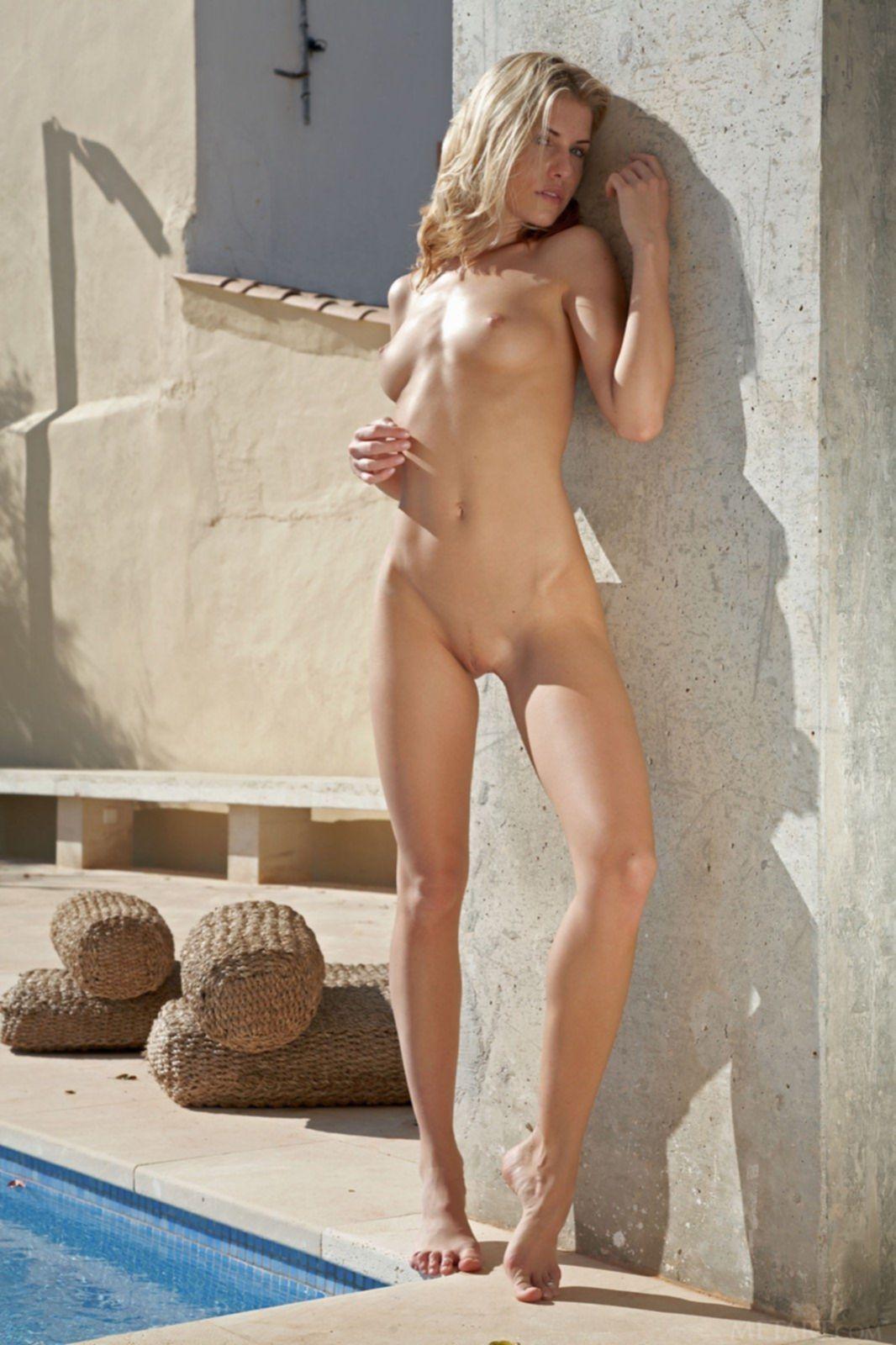Сексуальная блондинка с красивым голым телом - фото
