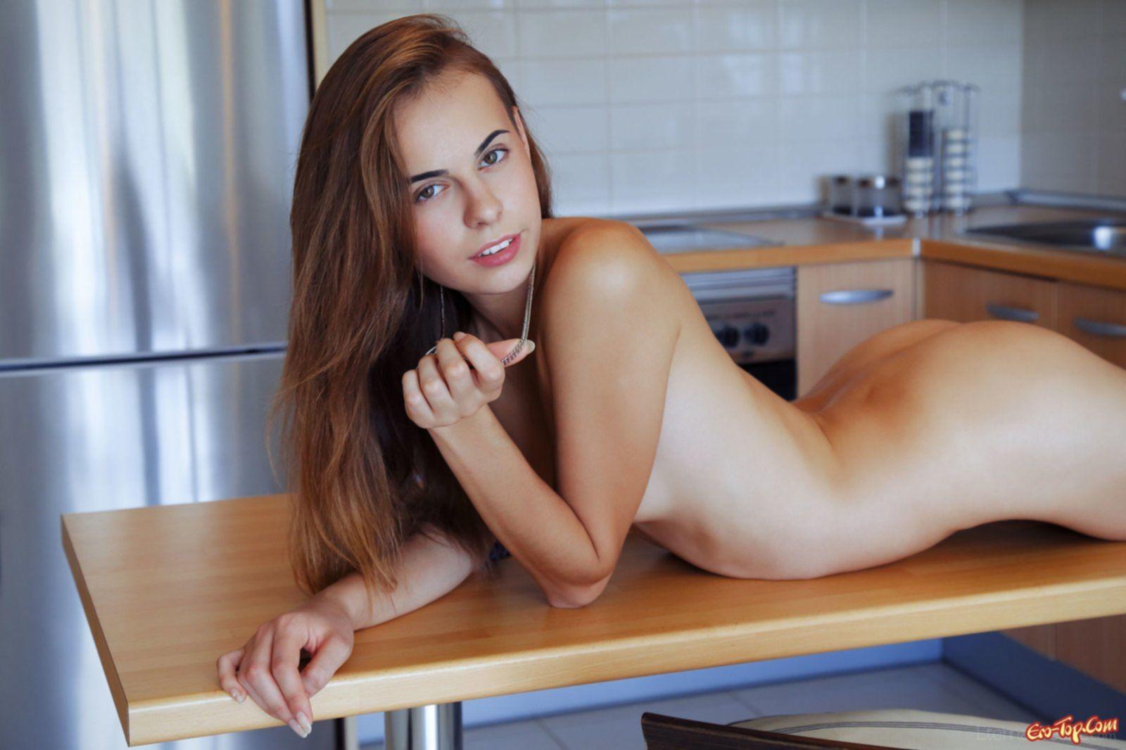 Голая девушка с красивой киской на кухне. Фото эротика.