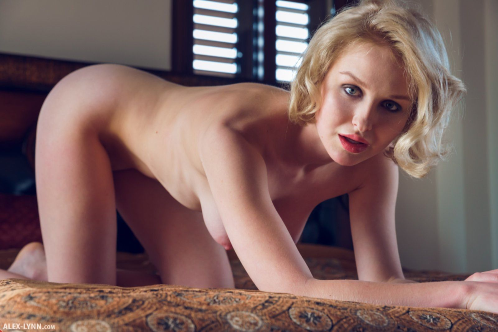 Голая блондинка стоит раком на кровати - фото