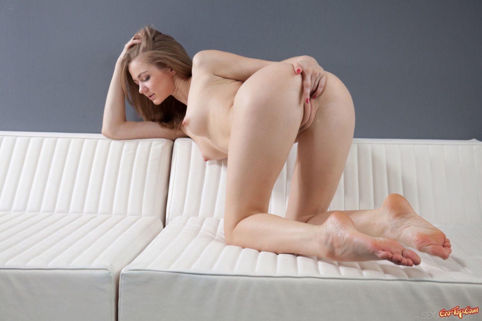 Блондинка показала сиськи и киску. Фото эротика.