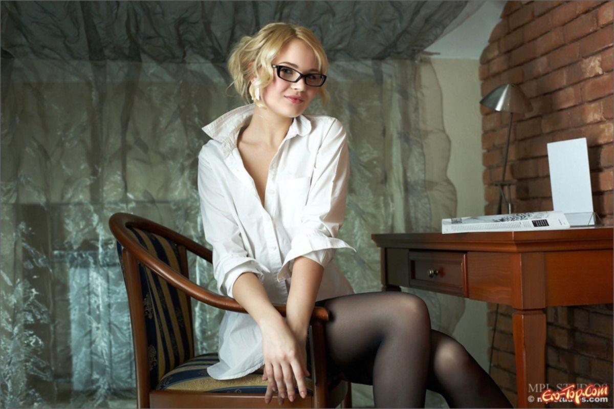 Голая секретарша в чулках фото