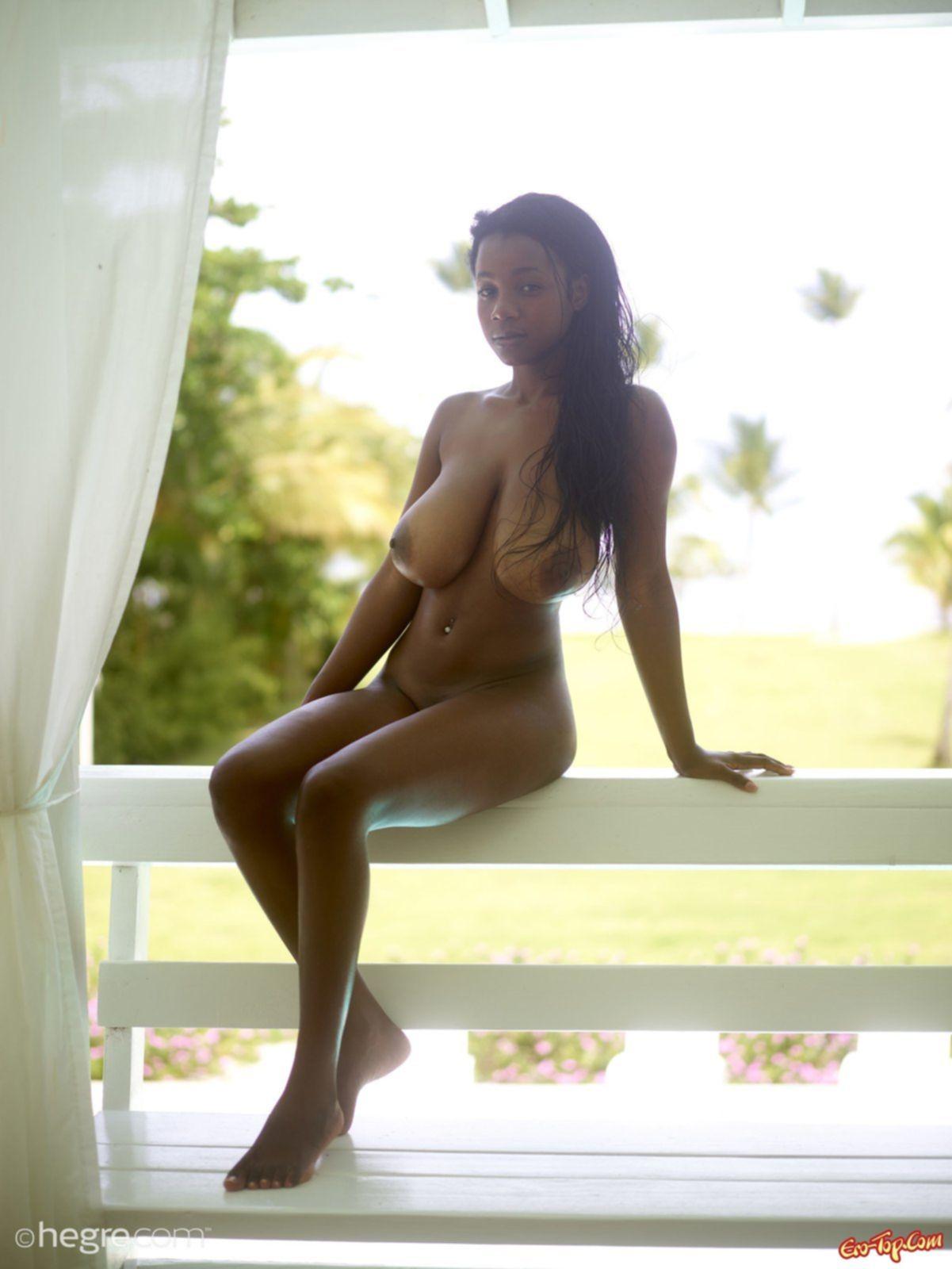 Грудастая негритянка - смотреть фото эротику.