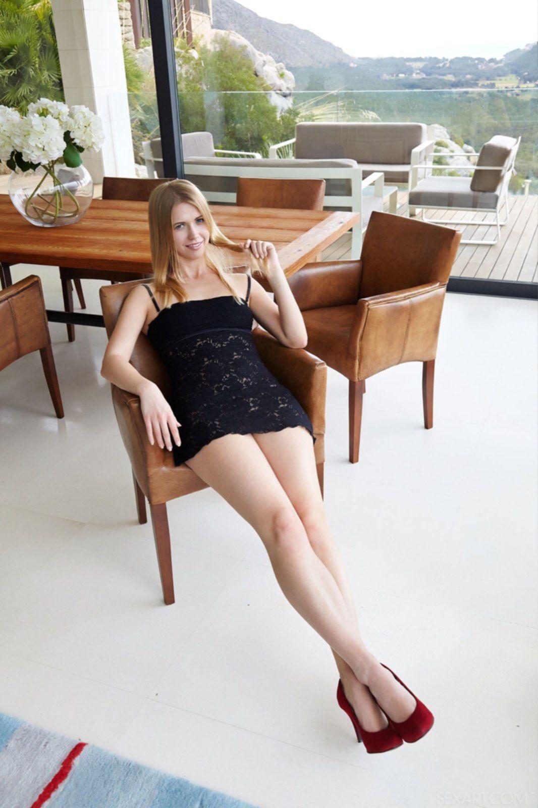 Сладкая блондинка без трусиков в красных туфлях - фото