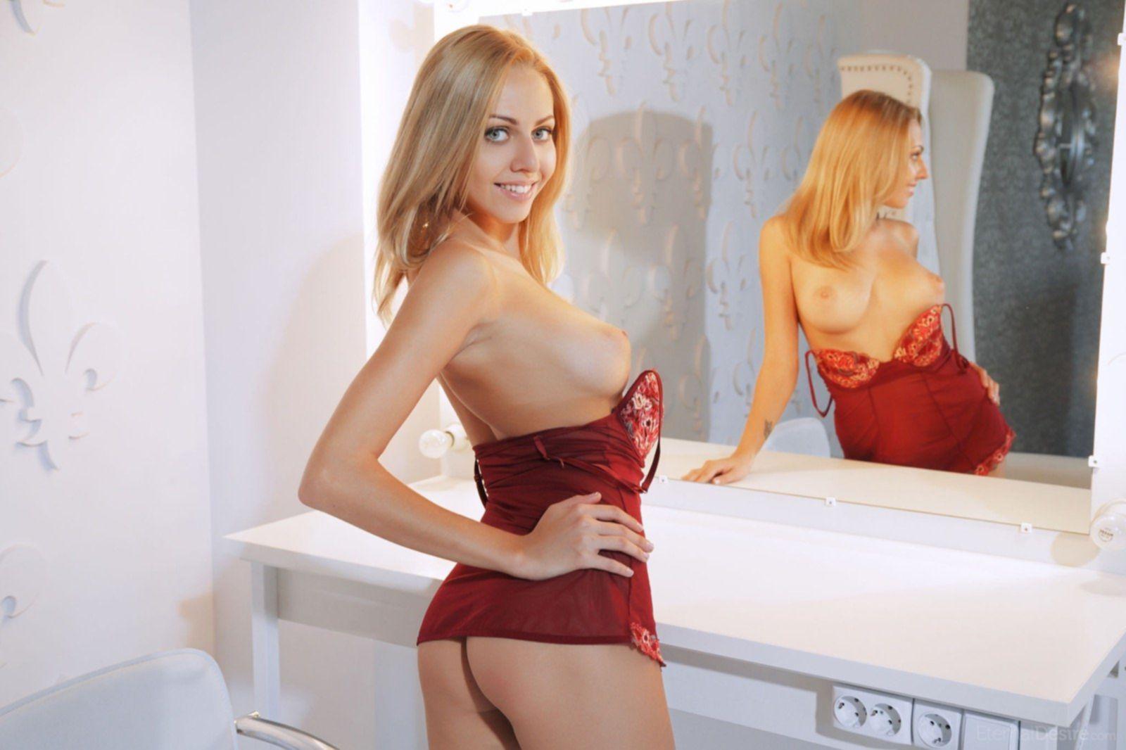 Грудастая блондинка без трусов в пеьюаре - фото