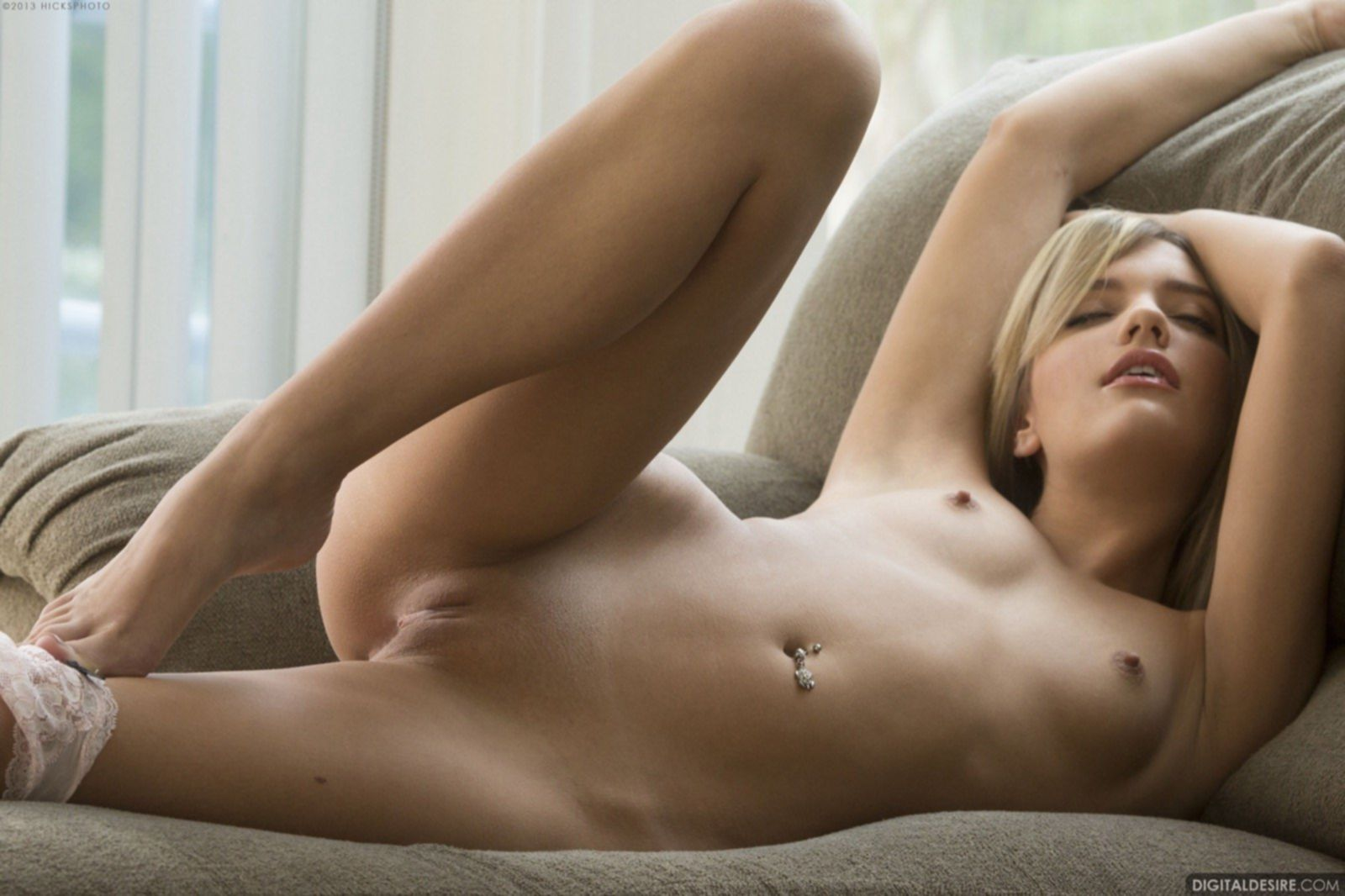Стройная блондинка красиво сняла трусики - фото