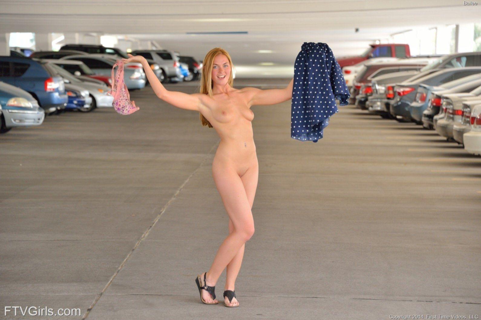 Белобрысая девка снимает платье на парковке - фото