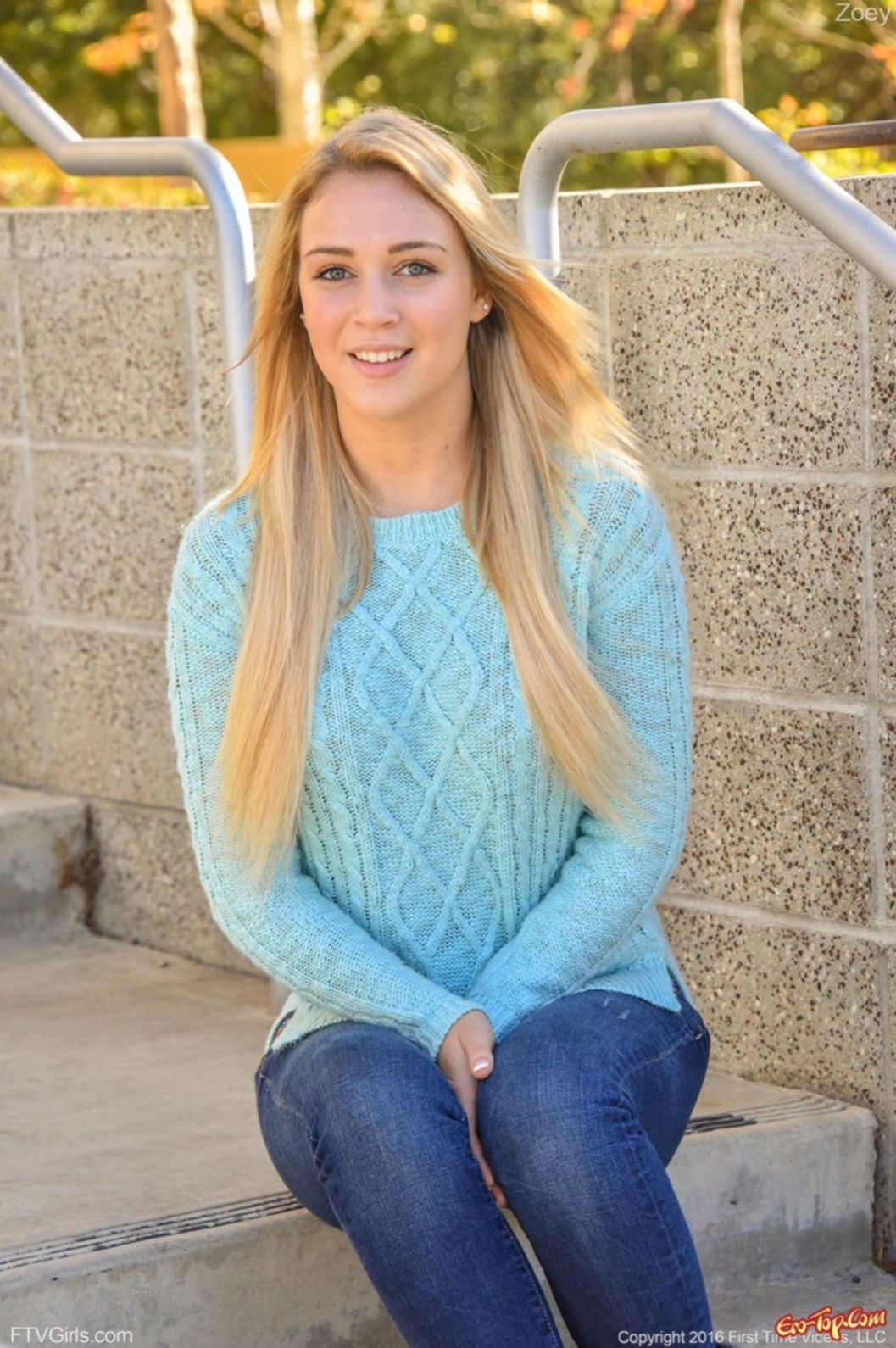 Девушка со светлыми волосами разделась догола дома - фото