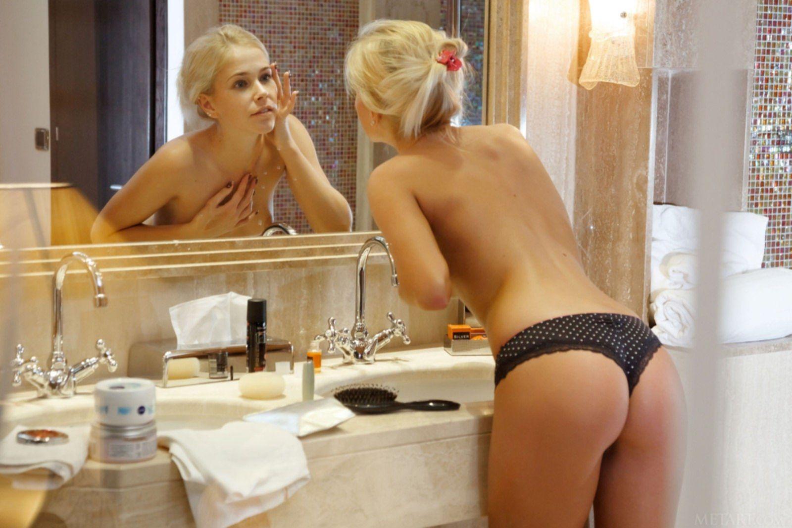 Сексуальная блондинка с упругими сиськами в душе - фото